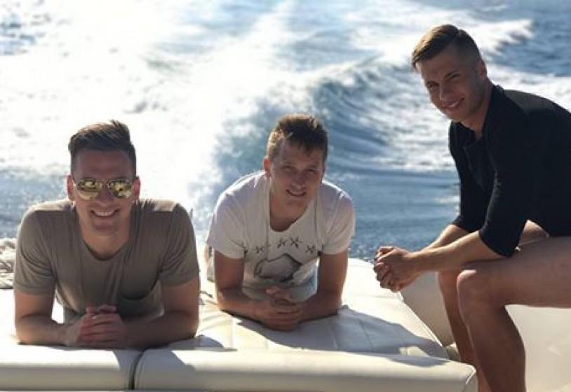 Milik, Zielinski e Lasicki si godono il lunedì libero in barca